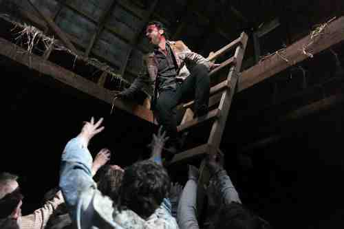 Walking Dead S02E13 Rick in the hayloft