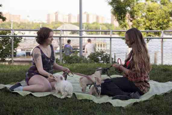 Hannah and Jessa in Girls, Season 2 Episode 2